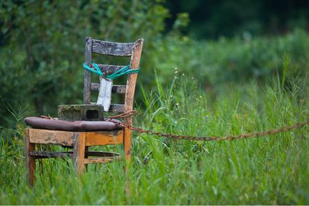 의자-구속-돌-쇠사슬-자유