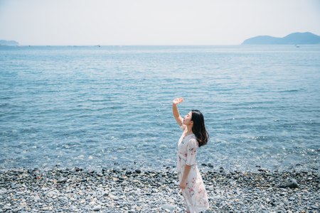 해변-바닷가-봄-원피스-자갈