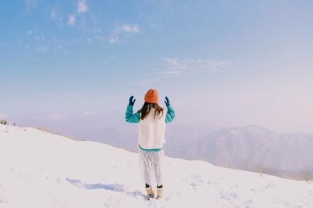 등산-겨울-덕유산-설경-여자