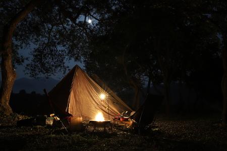 캠핑-여유-자연-달-camping