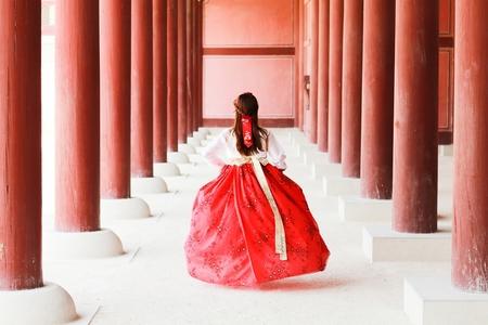 한복-한국인-전통의상-궁궐-달리다
