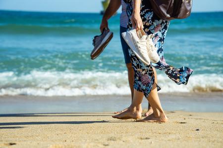 해운대-연인-맨발-모래사장-couple