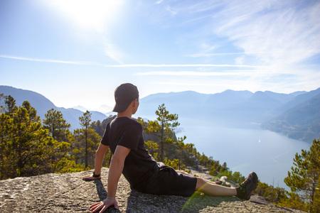 운동-등산-자연-정상-앉아있는남자