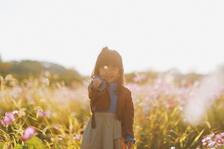 가을-아이-코스모스-햇빛-필름