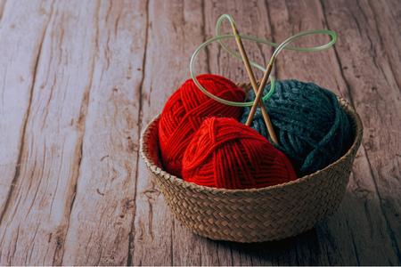 뜨개질-털실-겨울-라탄바구니-뜨개질바늘