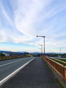하늘-감성사진-자전거-다리-구름