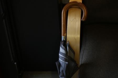 우산-원목-카페-분위기-비