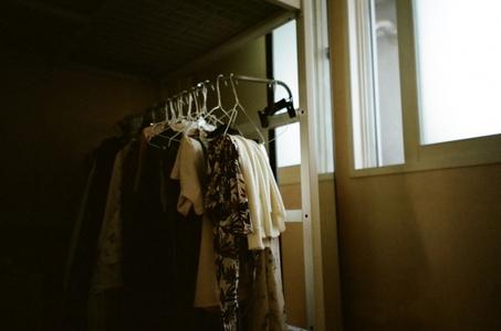 필름-일상-방-옷-옷걸이