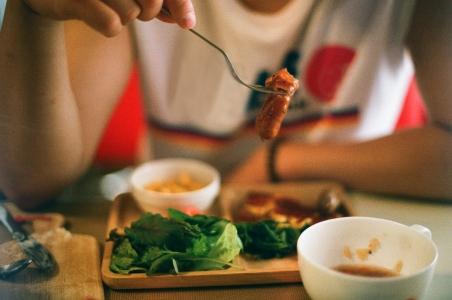 식사-브런치-인물사진-포크-필름사진