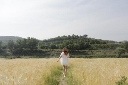 사람-여자-소녀-달리기-보리밭