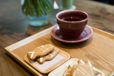 커피-테이블-조명-쿠키-과자