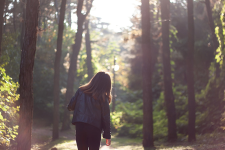 숲-소녀-forest-산책-가을