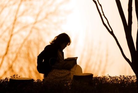 가을-책-독서-책읽기-여자
