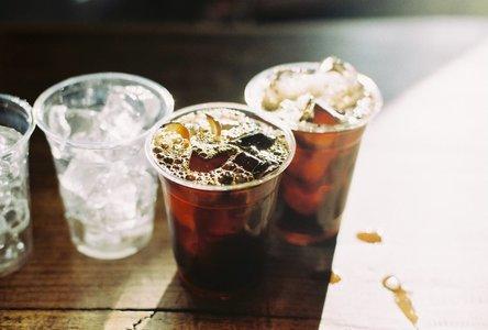 커피-아이스커피-아이스아메리카노-카페-햇살