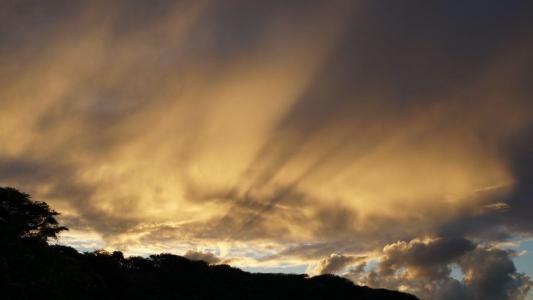 하와이-하늘-일출-구름-역광