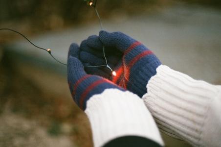 장갑-겨울-손-빛-전구